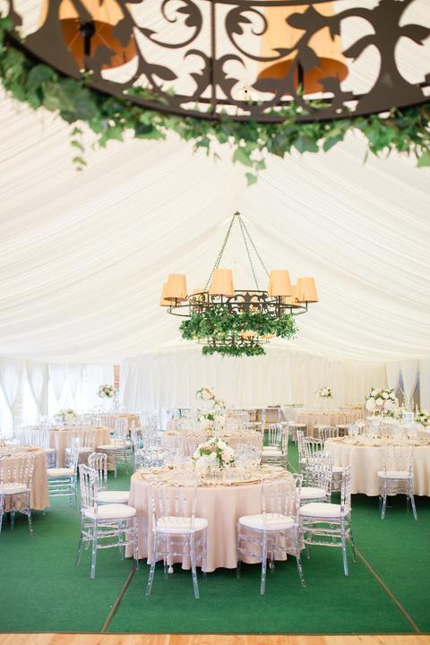 zlato-ružová svadobná výzdoba v stane