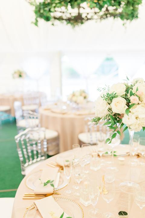 priesvitné chiavary stoličky na svadbe