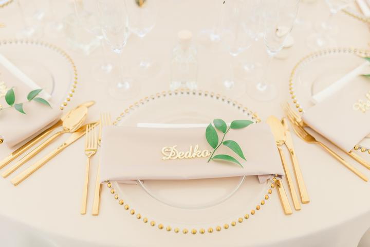 priesvitné taniere a zlatý príbor na svadbe