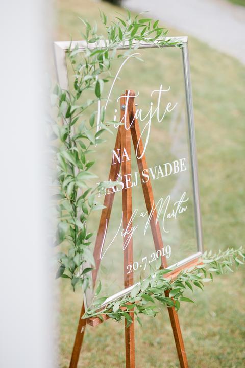 priesvitná uvítacia tabuľa na svadbe