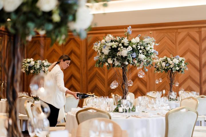 svadobná výzdoba s vysokými ikebanami na okrúhlych stoloch