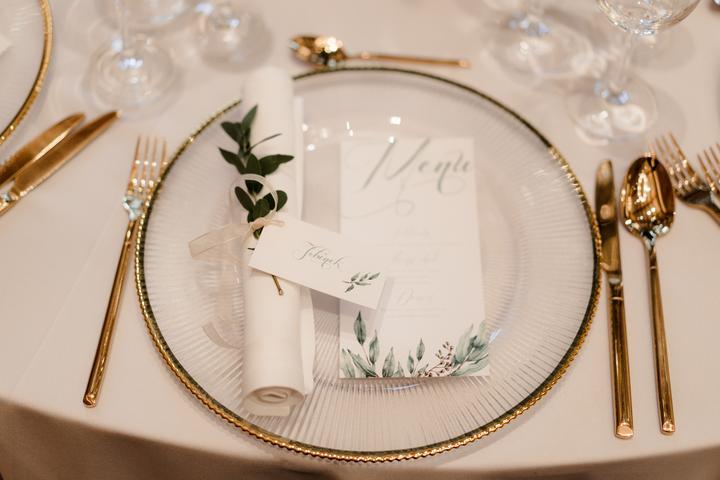 bielo-zlaté svadobné stolovanie
