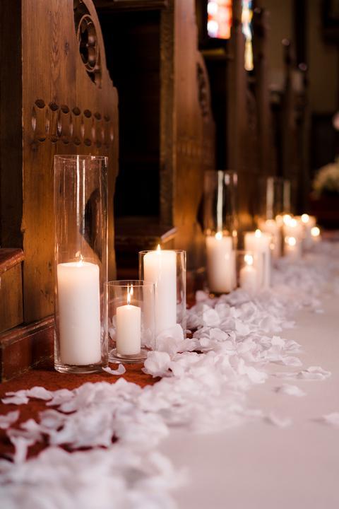 svadobná výzdoba kostola so sviečkami