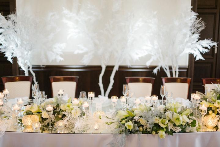 biela svadobná výzdoba v štýle great gatsby