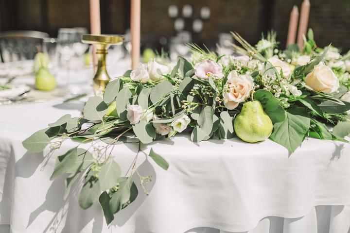 prírodná svadobná výzdoba z hrušiek, jazmínu a olivovníkov