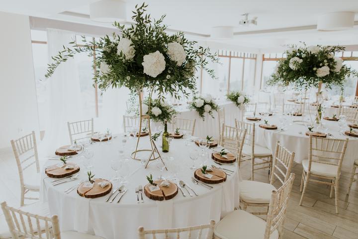 bielo-zelená svadobná výzdoba