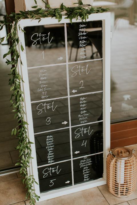 originálny svadobný zasadací poriadok na okne