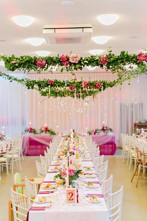 cyklámenová kvetinová svadobná výzdoba
