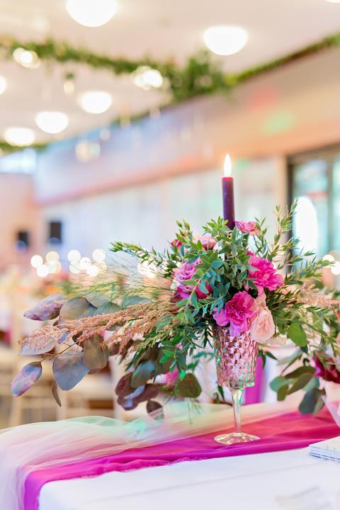 cyklámenová svadobná výzdoba a dekorácie