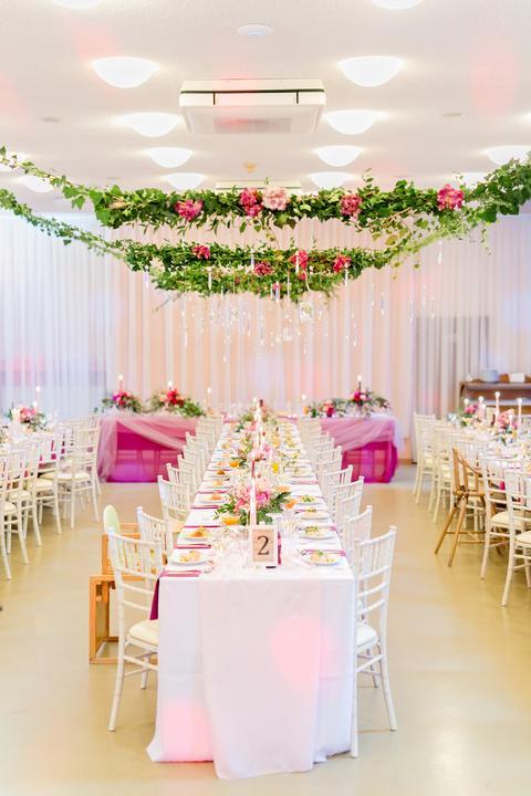 ružová svadobná výzdoba s kvetinami