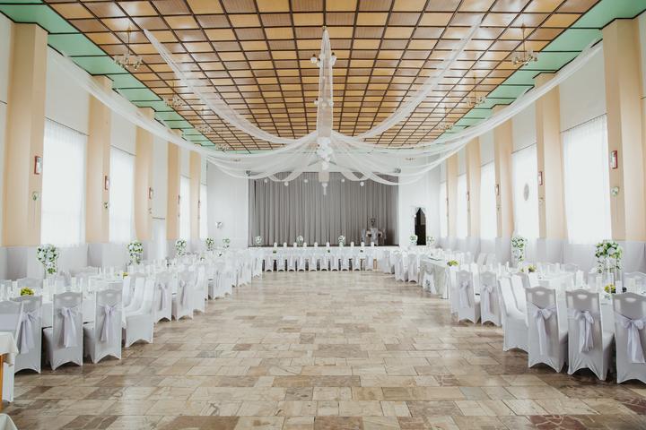 biela a mentolová svadobná výzdoba kultúrneho domu