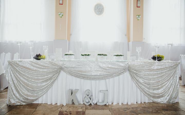 hlavný svadobný stôl a jeho výzdoba
