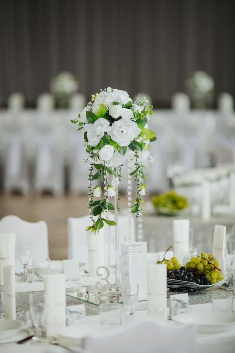 biela svadobná výzdoba s ružami