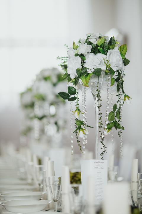 biele ruže vo svadobnej výzdobe