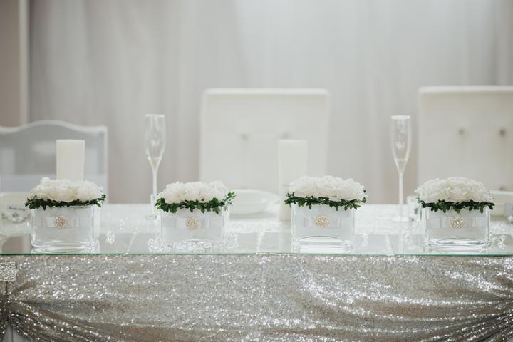 bielo-strieborná svadobná výzdoba hlavného stola