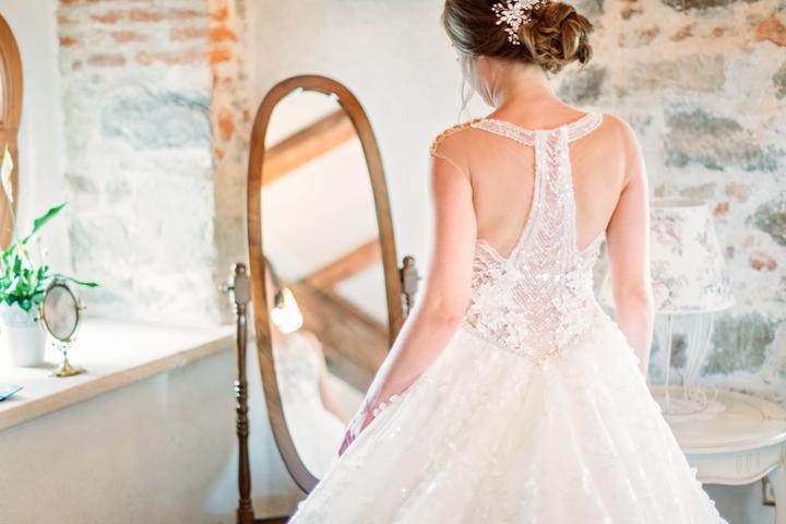 svadobné šaty s odhaleným chrbtom