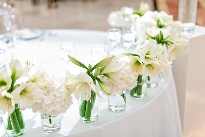 svadobná výzdoba s bielymi kvetmi
