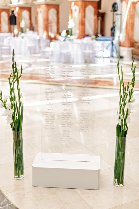 svadobná výzdoba s transparentnými priesvitnými prvkami