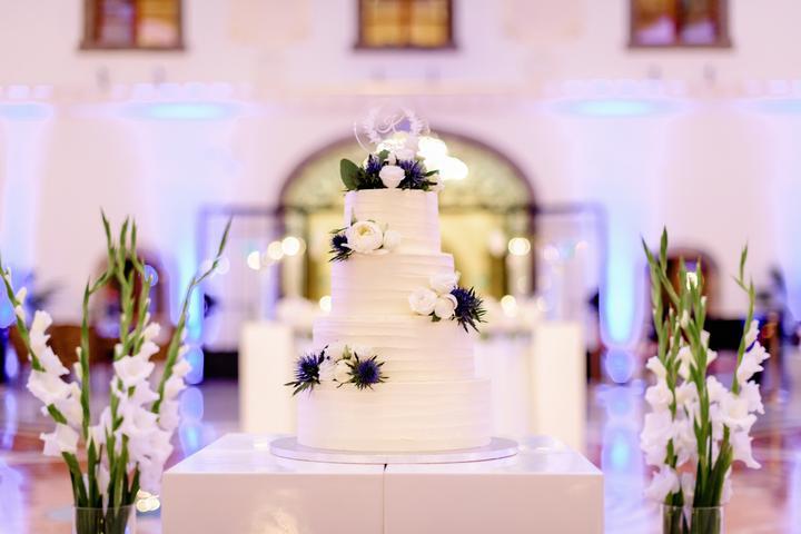 jednoduchá, elegantná biela svadobná torta