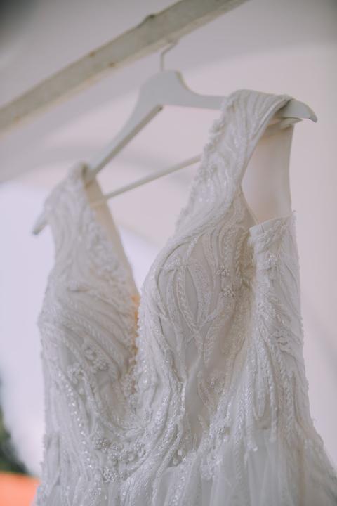 vyšívané svadobné šaty