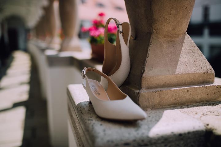biele svadobné topánky s nízkym opätkom