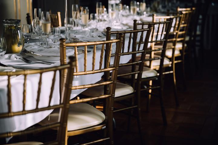 zlaté svadobné stoličky