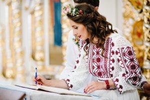 folklórne svadobné šaty