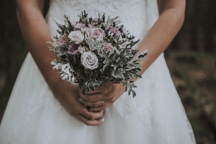 fialová svadobná kytica