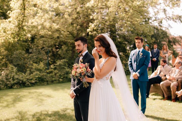 svadobný obrad vonku