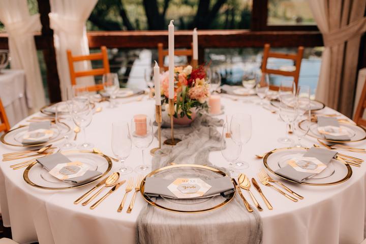 svadobné prestieranie a stolovanie