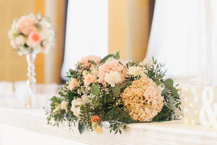 svadobná ikebana na hlavný stôl
