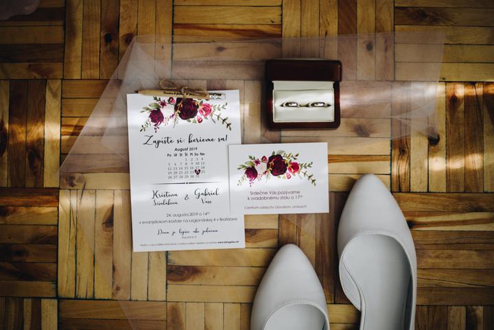 kvetinové bordové svadobné oznámanie