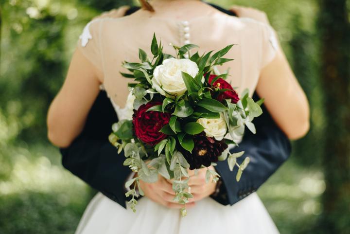 bordovo-biela svadobná kytica