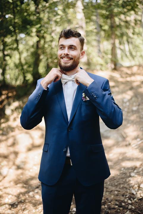 ženích v modrom obleku