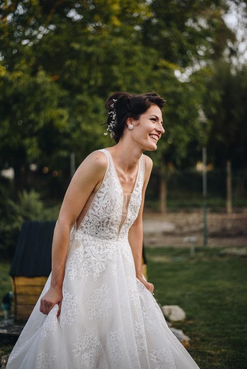 svadobné šaty s véčkovým výstrihom