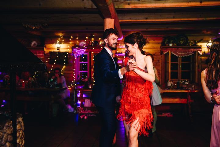 červené popolnočné šaty