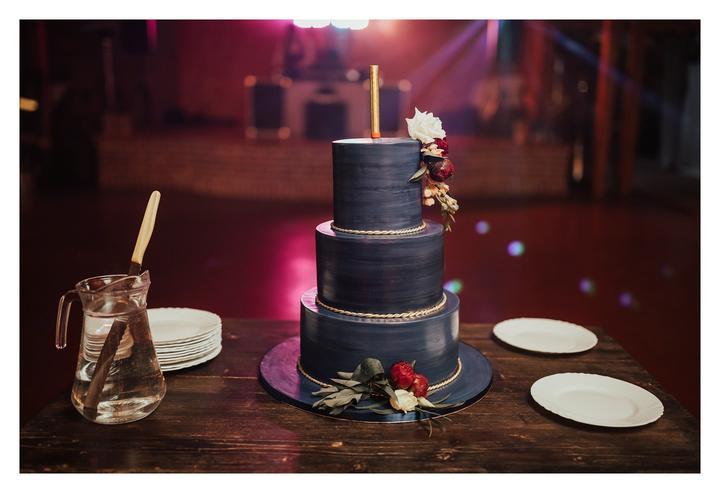 čierna boho svadobná torta