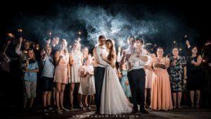 svadobná fotka s prskavkami