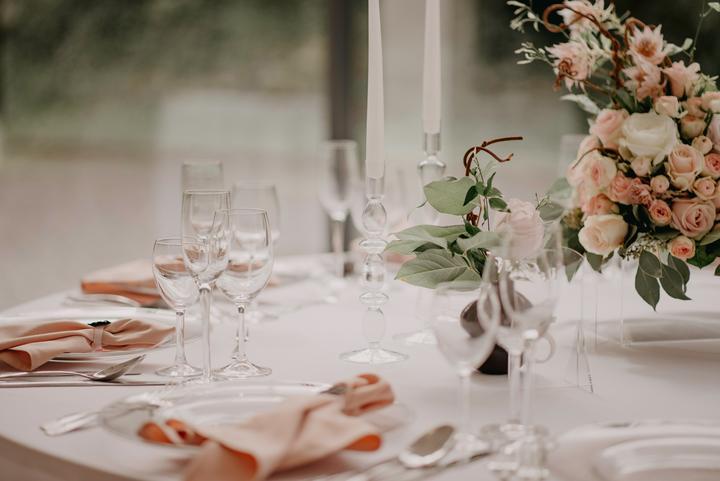 jemná púdrová svadobná výzdoba
