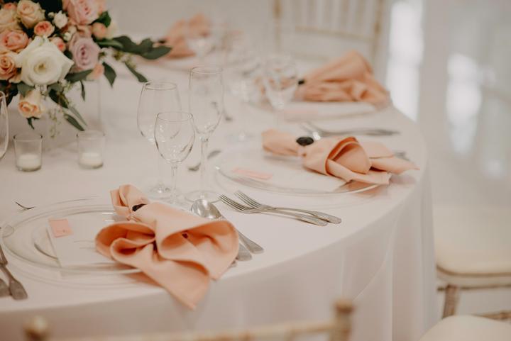 romantická staroružová svadobná výzdoba