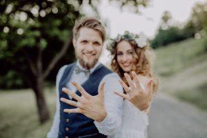 svadba v roku 2021, nevesta a ženích s obrúčkami