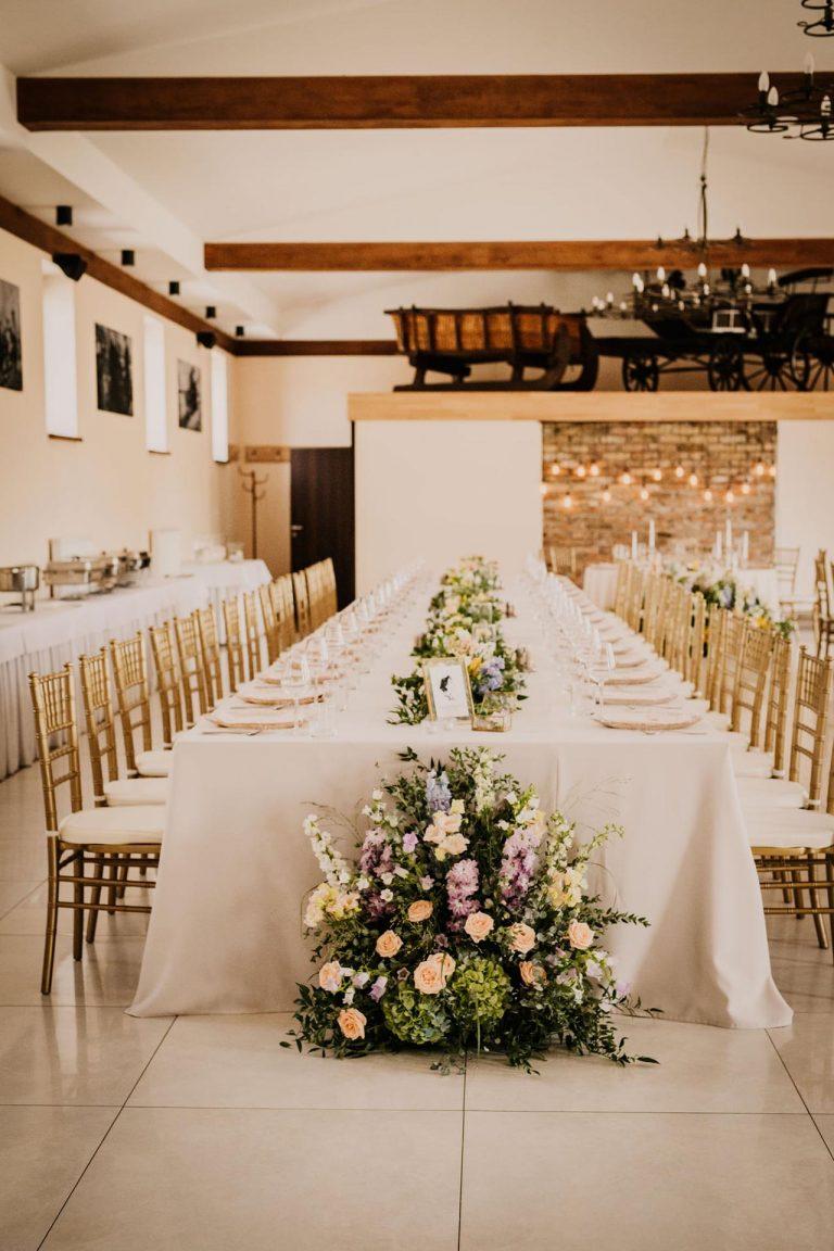 romantická svadobná výzdoba, výzdoba s množstvom kvetov