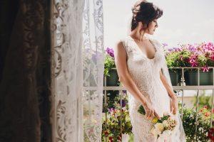 elegantné čipkované svadobné šaty