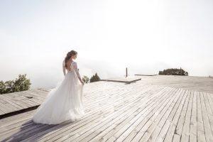 svadobné šaty s čipkovanými rukávmi