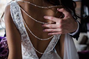 zaujímavý chrbát na svadobných šatách