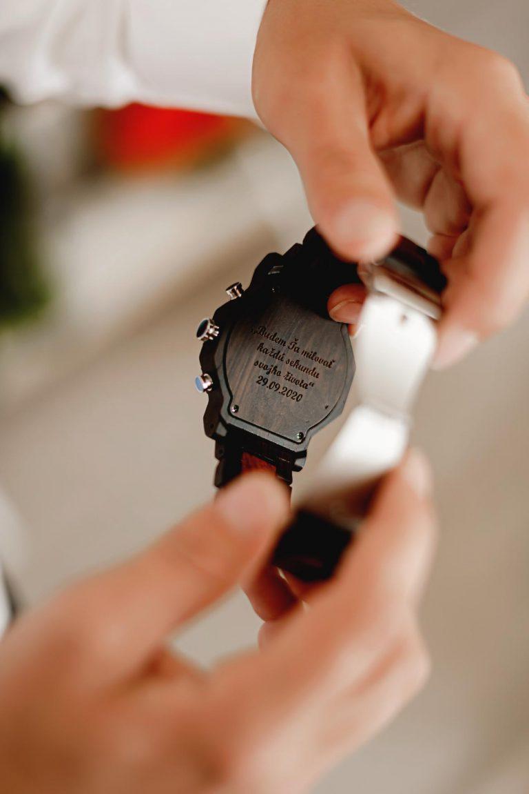 gravírovanie na hodinky